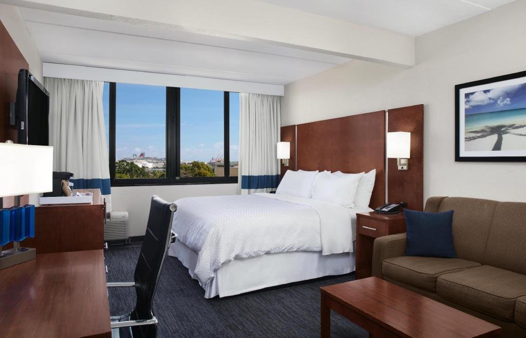 Guest room, 1 King, Sofa bed, City view, Corner room - Guestroom Four Points by Sheraton Fort Lauderdale Airport/Cruise Port