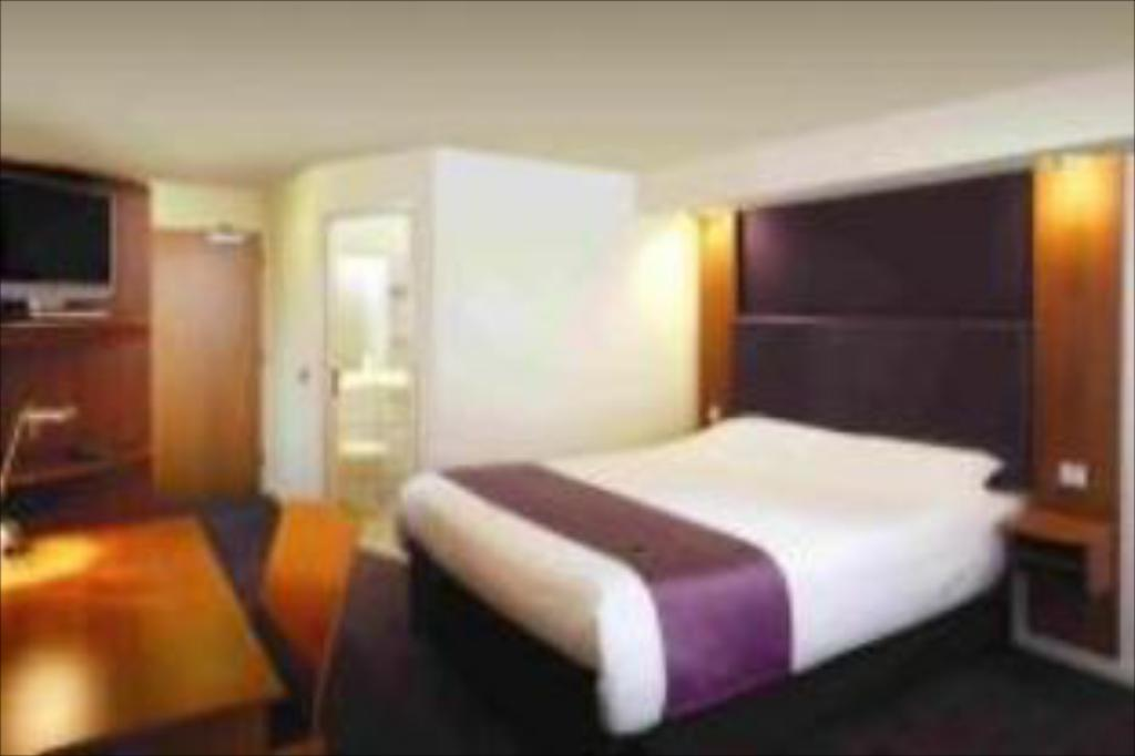 Double Room - Guestroom Premier Inn Leeds South - Birstall