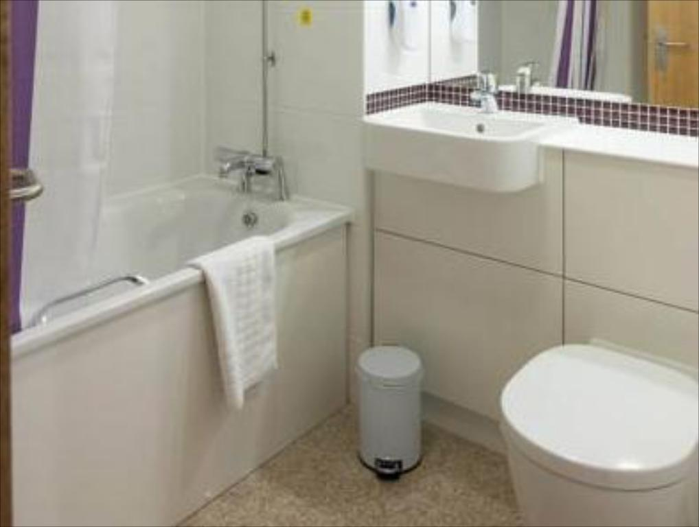 Bathroom Premier Inn Nottingham North - Daybrook