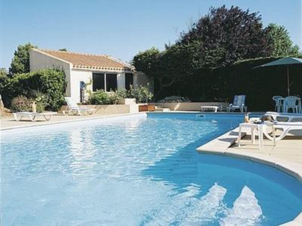 Swimming pool Logis Les Parcs