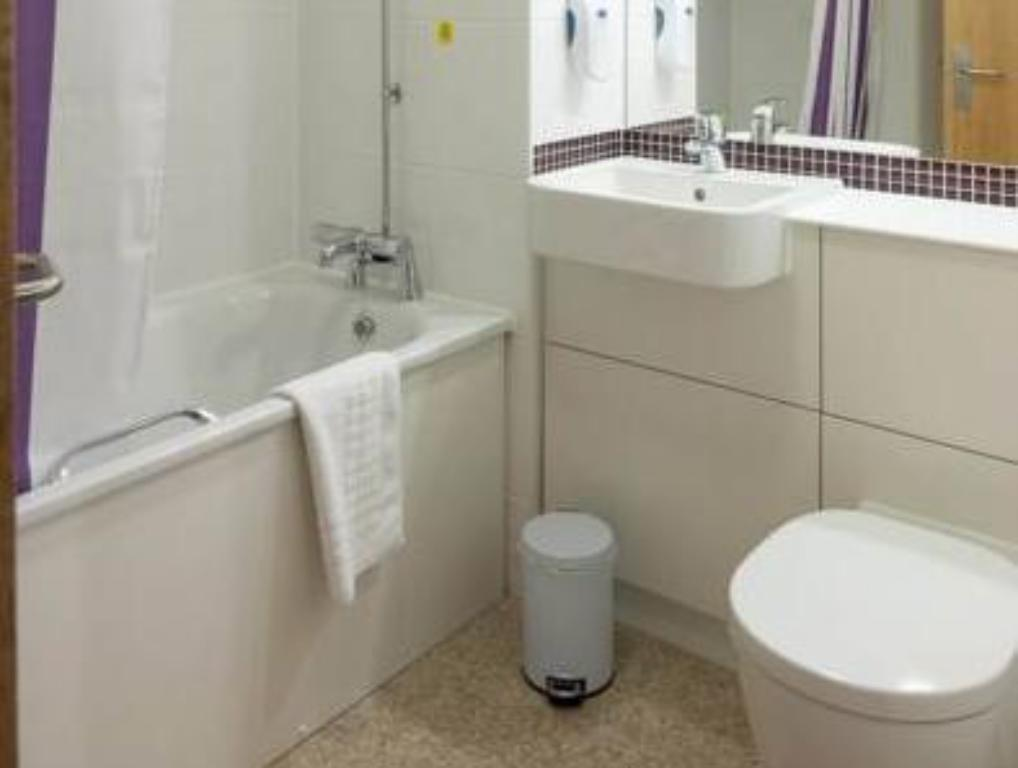 Bathroom Premier Inn Tewkesbury