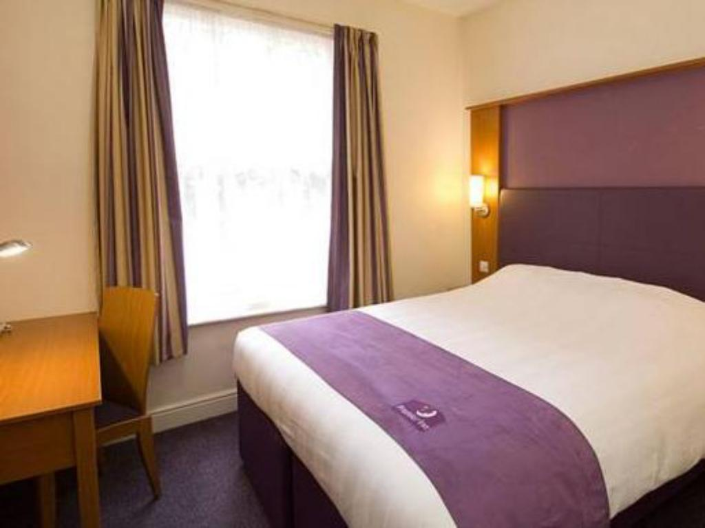 Standard Accessible - Bed Premier Inn Tewkesbury