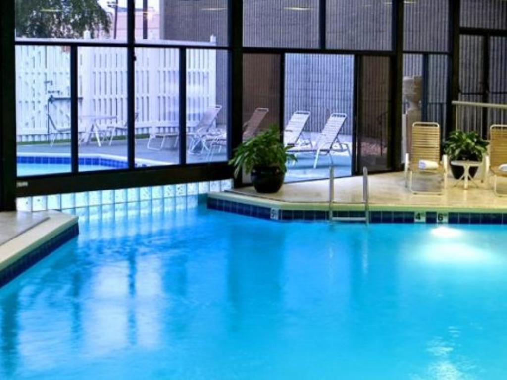Swimmingpool Crowne Plaza Hotel-Newark Airport