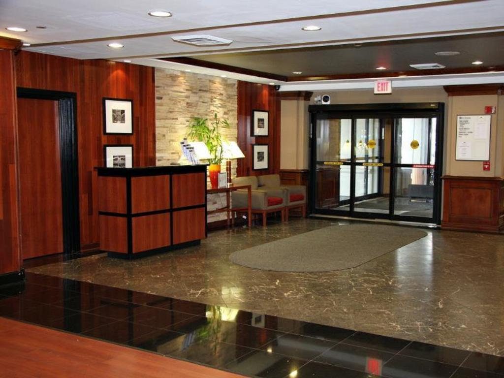 Lobby Crowne Plaza Hotel-Newark Airport