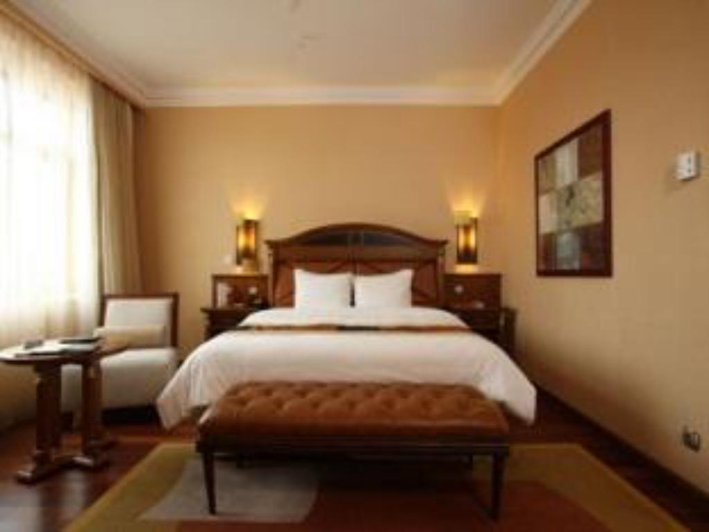 1 Queen Bed Non-Smoking - Bed Crowne Plaza Hotel Minsk