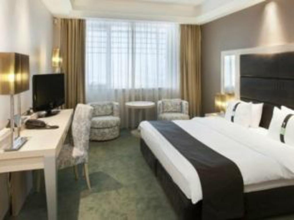 Leisure Queen Bed - Guestroom Holiday Inn Belgrade