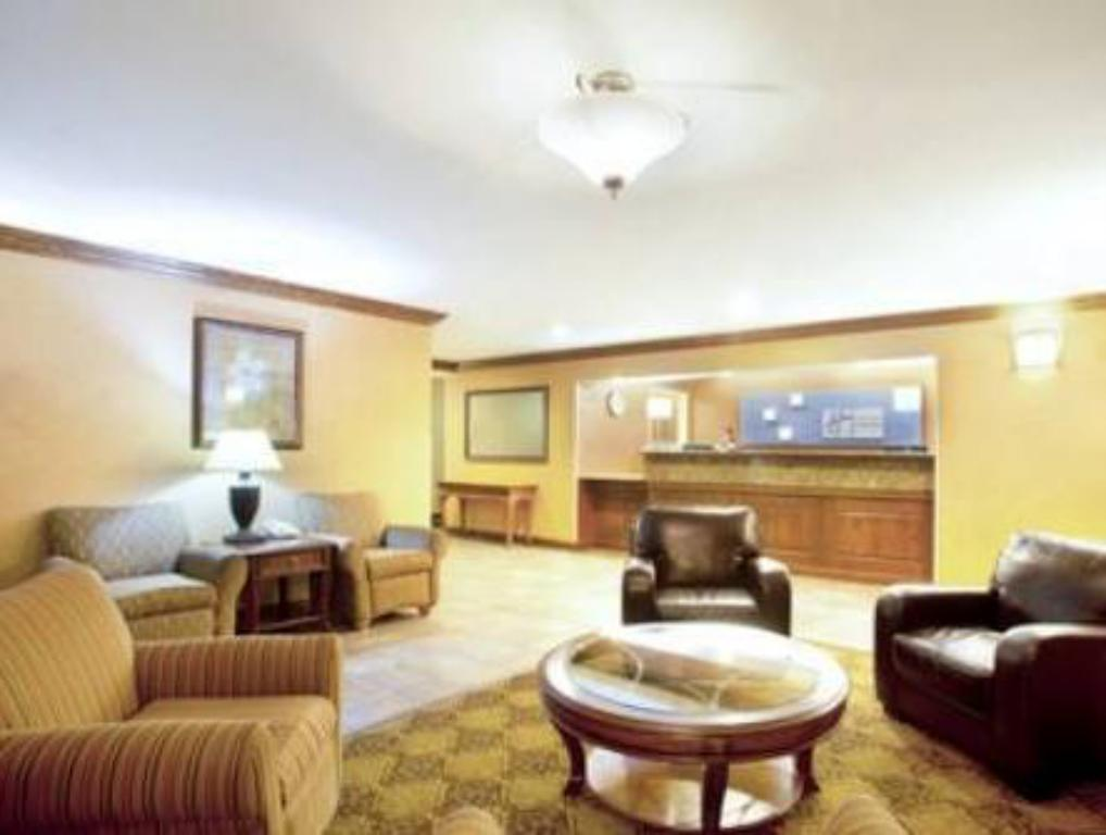 Lobby Holiday Inn Express Chicago Northwest-Vernon Hills