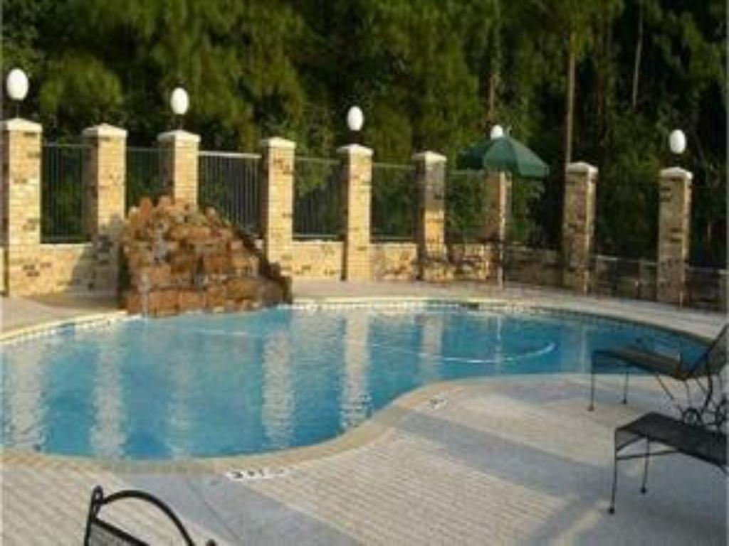 Swimming pool Holiday Inn Express Hotel & Suites Lufkin South