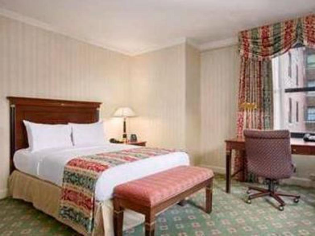 Hip and Historic Single - Guestroom Palmer House a Hilton Hotel