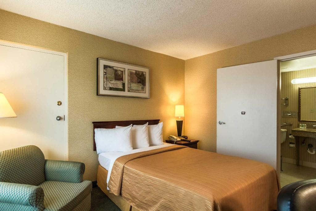1 King Bed - No Smoking - Guestroom Quality Inn
