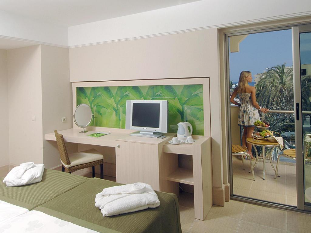 Standard Double Room with Pool View - Guestroom Ambassador Plaza Hotel