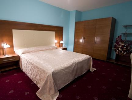 One-Bedroom Suite (2 Adults + 2 Children)- Free Parking