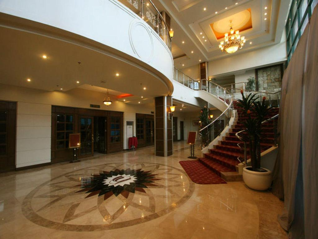 Lobi Sarrosa International Hotel and Residential Suites