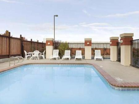 Swimming pool Country Inn & Suites by Radisson San Carlos CA