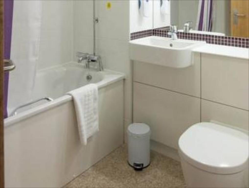 Bathroom Premier Inn Sevenoaks/Maidstone