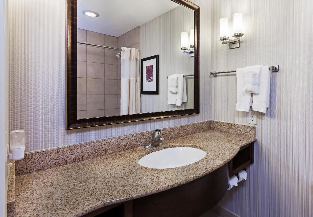 1 king bed 1 bedroom suite bathroom hilton garden inn corpus christi - Hilton Garden Inn Corpus Christi