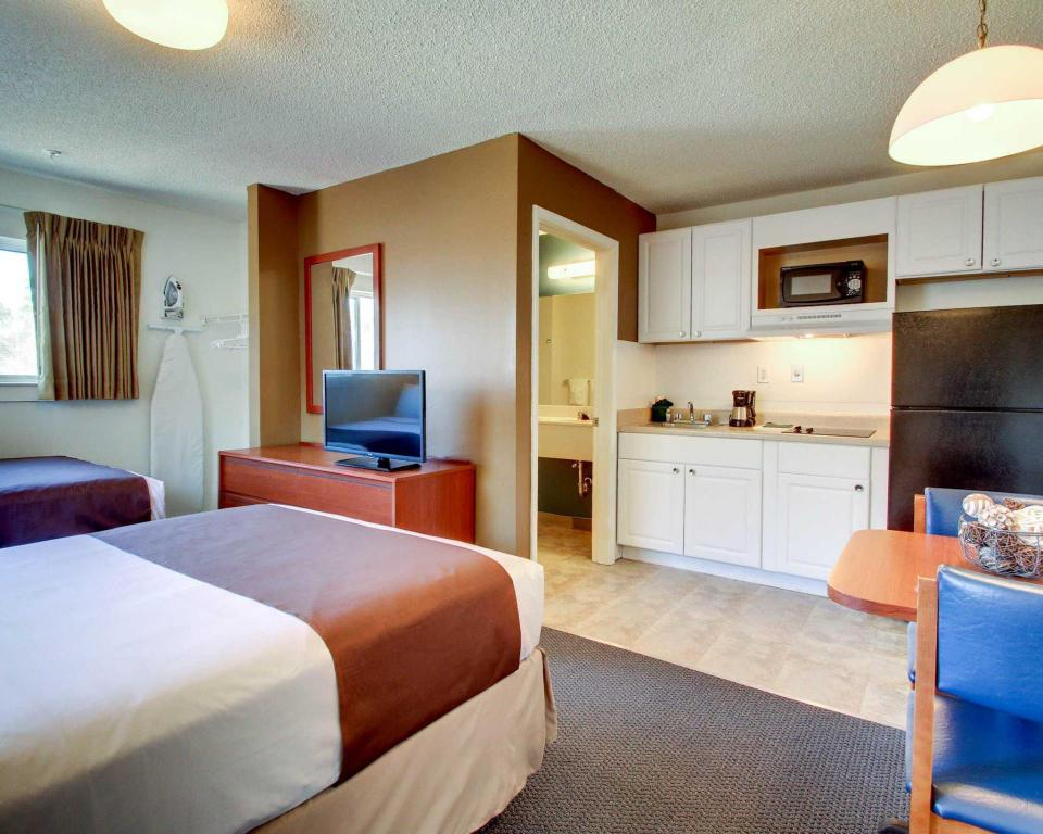 2 Double Beds, Efficiency, Smoking - Guestroom Suburban Extended Stay Hotel Biloxi North Area
