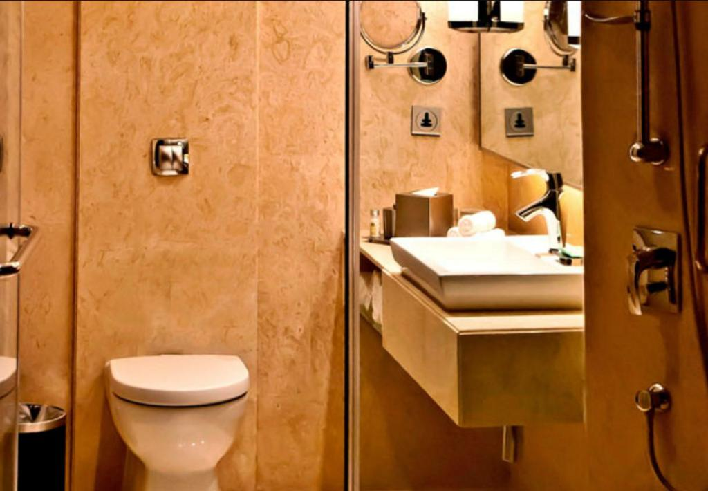 Deluxe room, Guest room, 1 King or 2 Twin/Single Bed(s) - Baño Courtyard By Marriott Ahmedabad Hotel