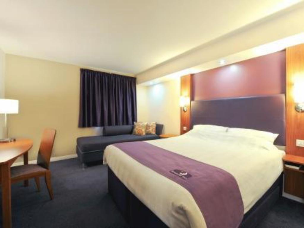 Family Room (2 Adults & 2 Children) Premier Inn Manchester - Denton