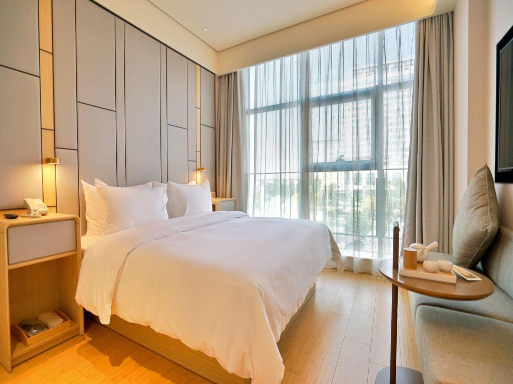 Queen Bed - Guestroom JI Hotel Shanghai Hongqiao National Convention Center Xujing