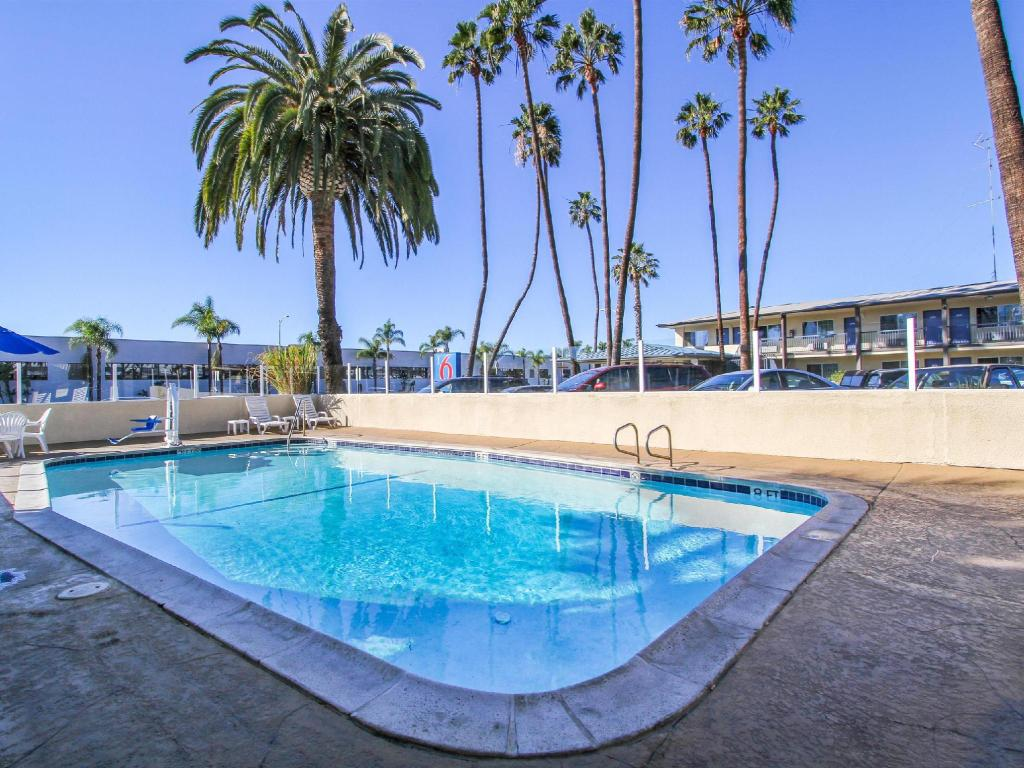 Swimming pool Motel 6 San Diego Airport/Harbor