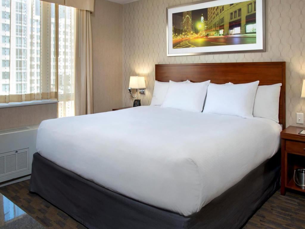 1 King Hearing Accessible - Guestroom Doubletree by Hilton Hotel New York Times Square South