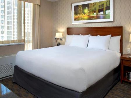 1 King Bed City View - Guestroom Doubletree by Hilton Hotel New York Times Square South