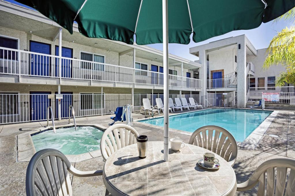 Motel 6 Newport Beach In Costa Mesa Ca Room Deals Photos Reviews