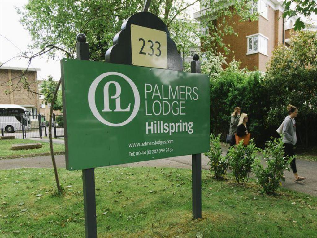 Pohled zvenku Palmers Lodge Hillspring at Willesden Green