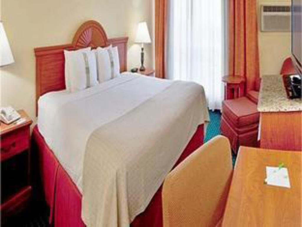 1 King Bed Leisure Non-Smoking - Bed Holiday Inn Miami International Airport