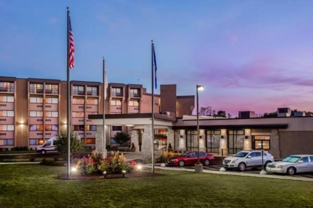 book crowne plaza hotel milwaukee airport in oak creek wi. Black Bedroom Furniture Sets. Home Design Ideas
