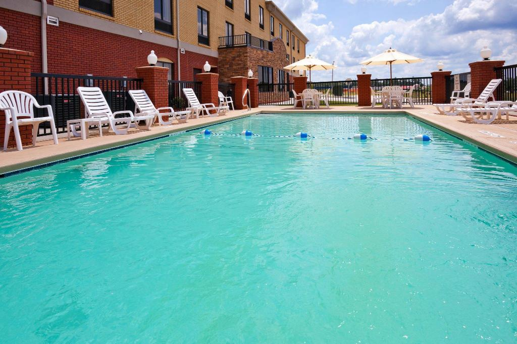 Swimming pool [outdoor] Holiday Inn Express Hotel & Suites Greenville