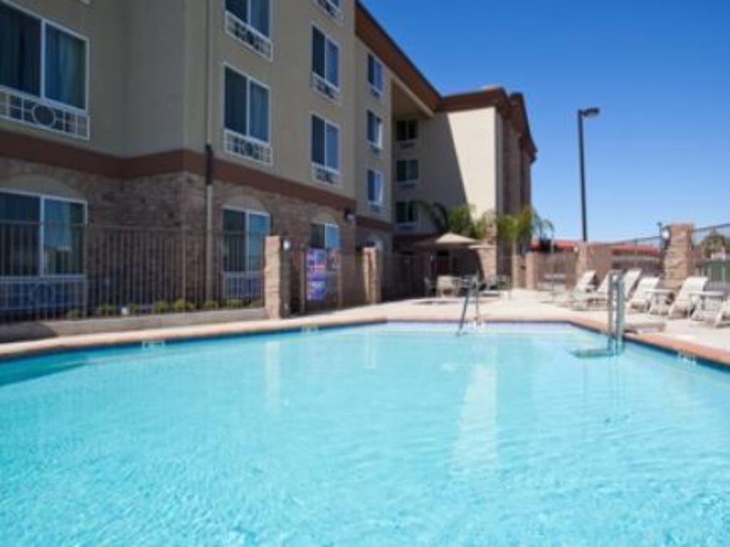 Swimming pool Holiday Inn Express Fresno South
