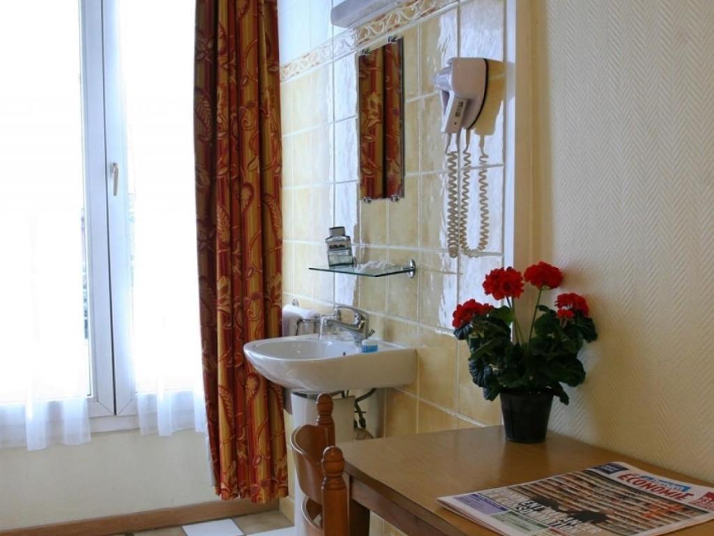 Hotel De La Herse D'Or in Paris - Room Deals, Photos & Reviews