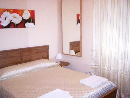 Quarto Individual com Cama de Casal Pequena (Single Room with Small Double Bed)