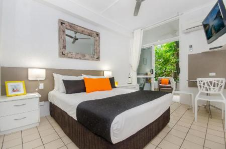 Studios with Tropical Garden By The Sea Port Douglas Apartments