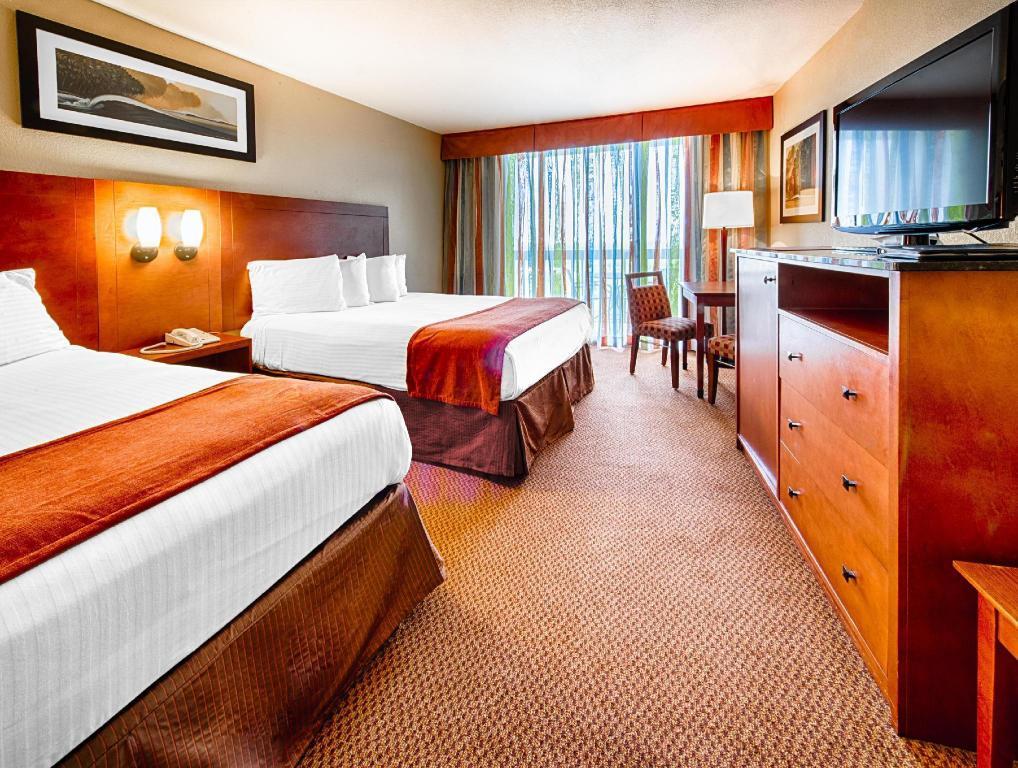 2 Queen Beds Mobility Accessible With Tub Bedroom Best Western Lake Buena Vista Resort Hotel
