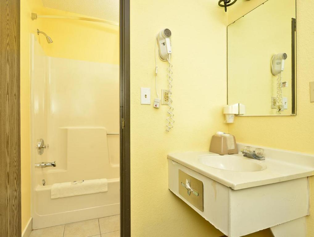 Banyo Americas Best Value Inn - Burnsville, MN
