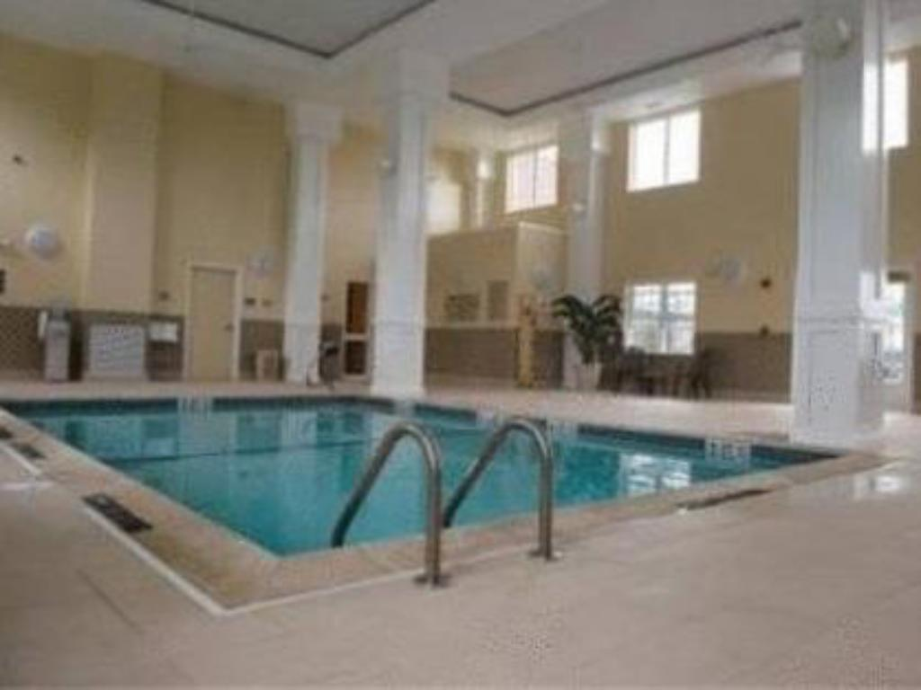 Piscina Country Inn & Suites by Radisson, Manchester Airport, NH