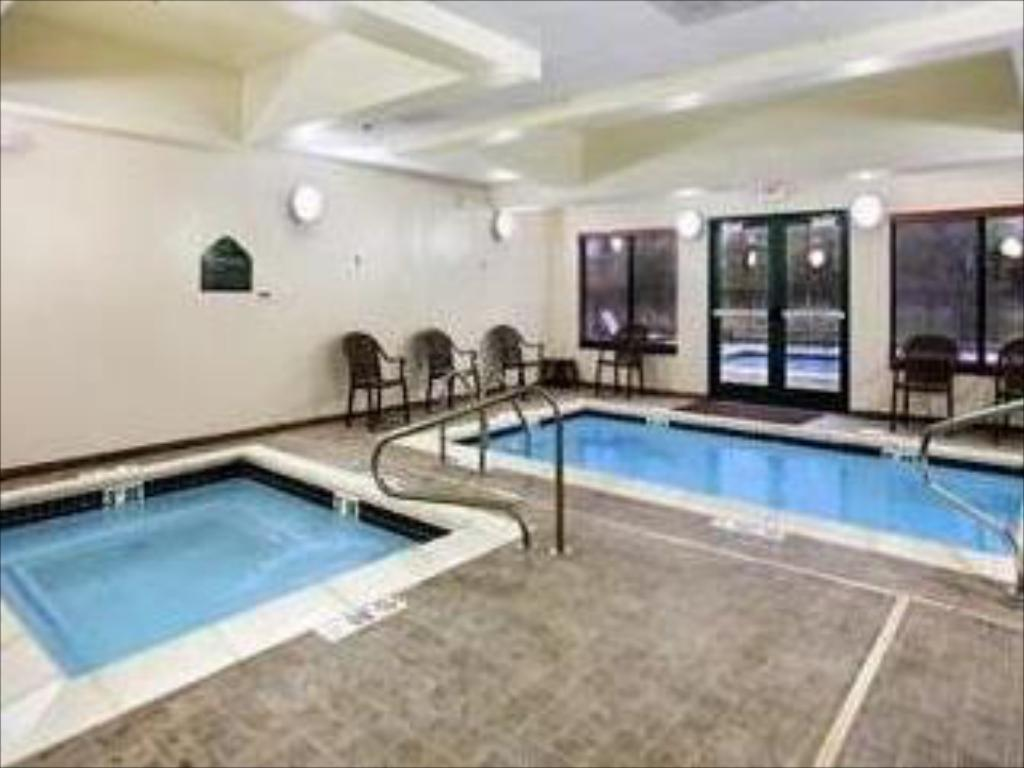 Swimming pool Wingate by Wyndham St. Charles