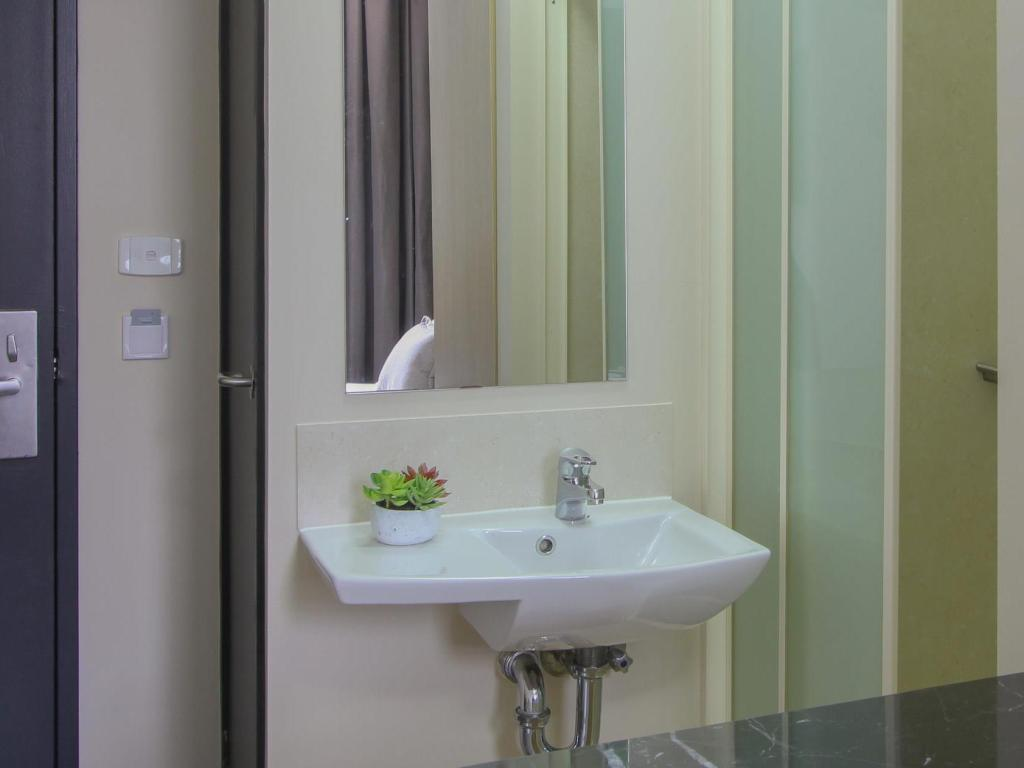 Bathroom ibis budget Melbourne CBD