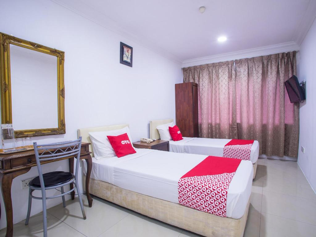 Standard Twin Room - Bed OYO 390 Mayview Glory Hotel