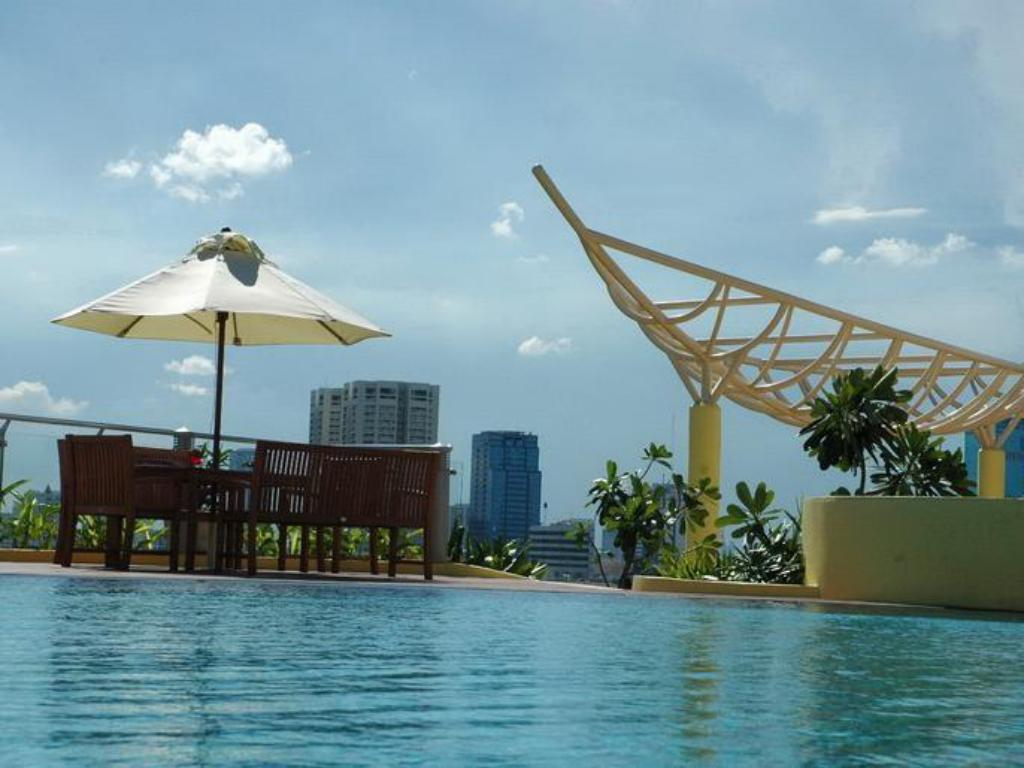 Swimming pool Seven Place Executive Residences