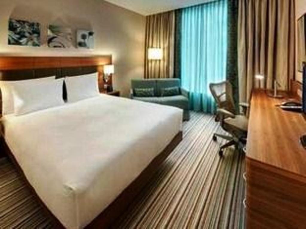 1 king bed evolution room bed hilton garden inn frankfurt airport - Hilton Garden Inn Frankfurt Airport