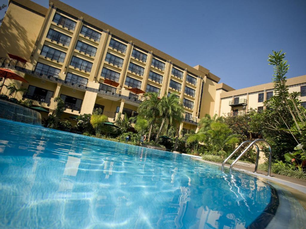 The Movie Review: 'Hotel Rwanda' - The Atlantic