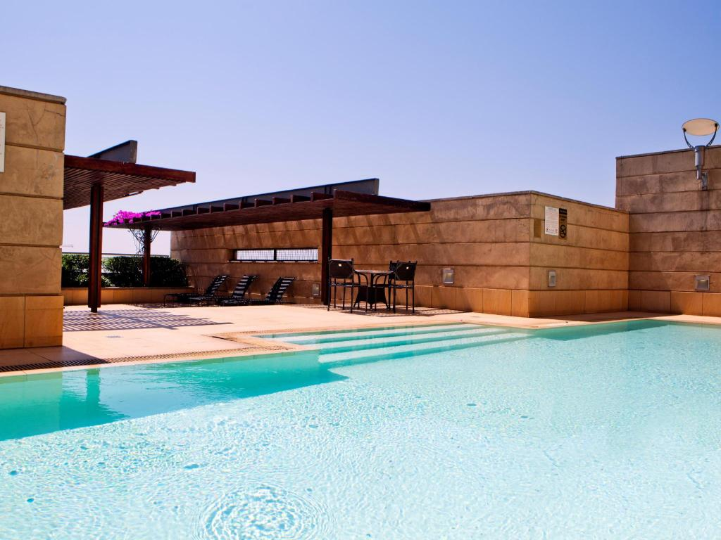 Swimming pool Raphael Penthouse Suites