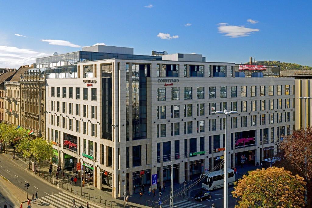 Resultado de imagem para Hotel Courtyard hotel by Marriott Budapest