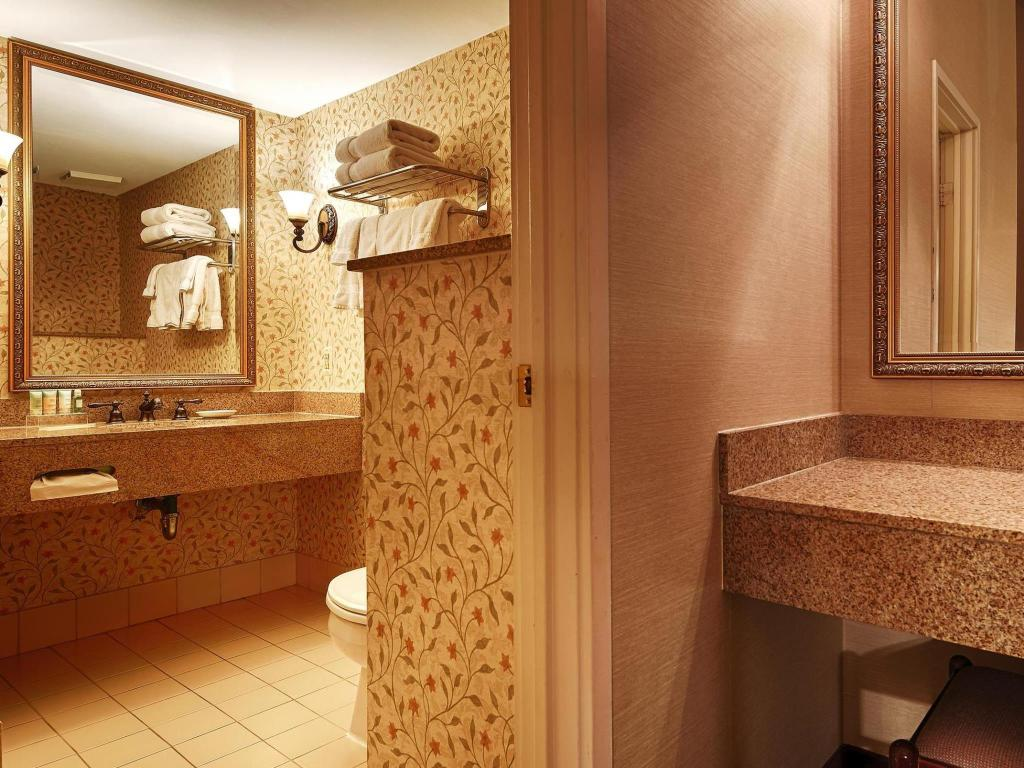 Baño Best Western PLUS Independence Park Hotel