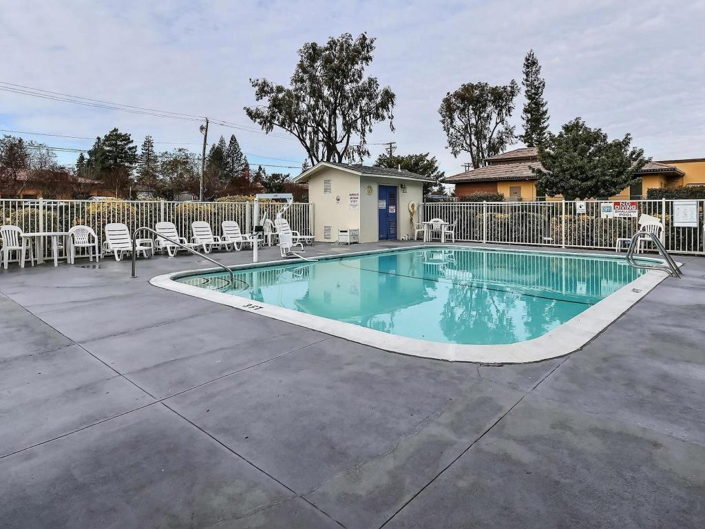 Swimming pool Motel 6 Napa
