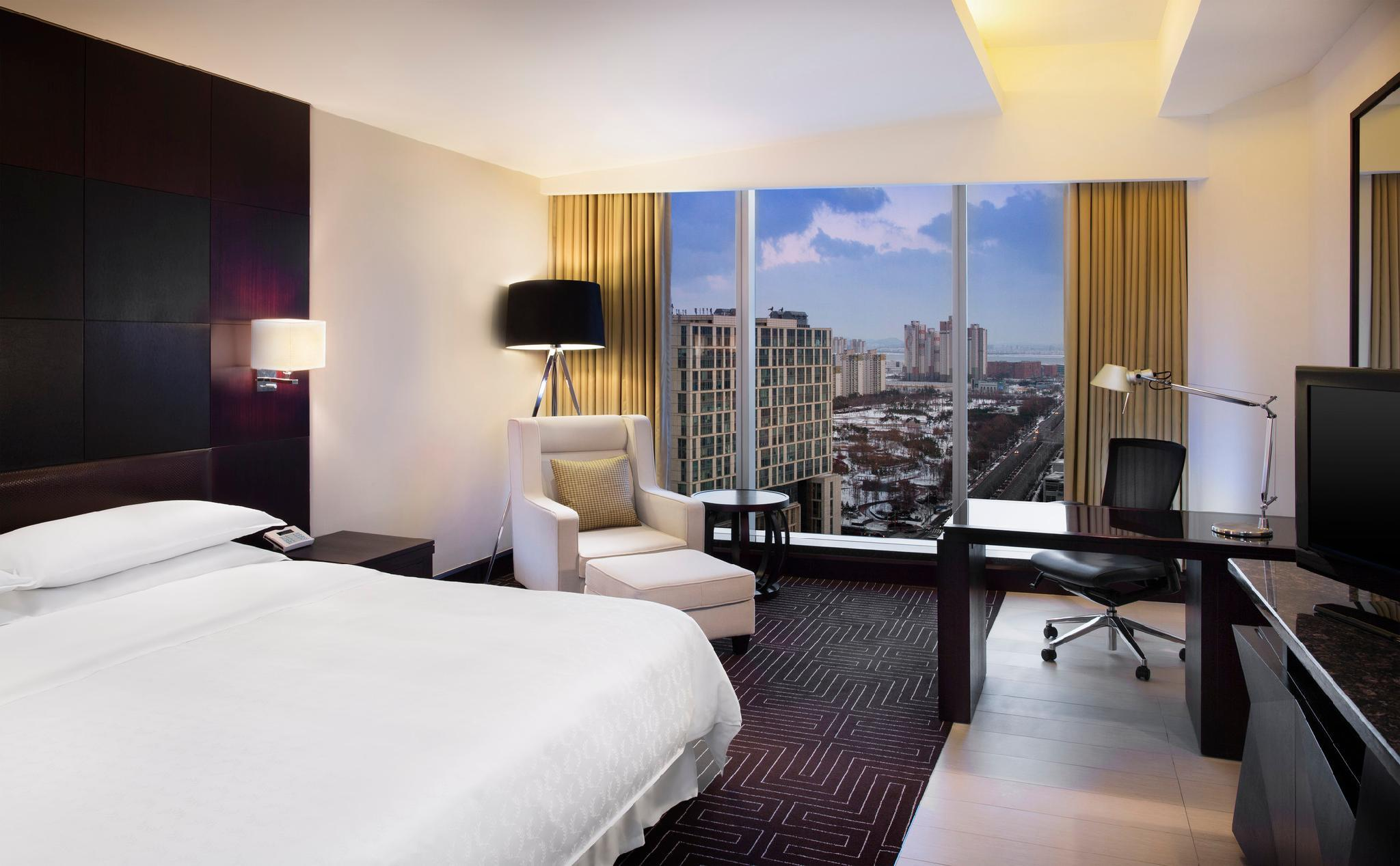 Guest room, King, City view